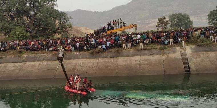 Rettungsdienste arbeiten an der Stelle eines Busunfalls im Bezirk Sidhi im zentralindischen Bundesstaat Madhya Pradesh. Dort war ein Bus in einen Kanal gestürzt. Foto: Madhya Pradesh District Public Relation Office Sidhi/AP/dpa