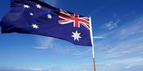 Eine australische Flagge weht am Main Beach in Gold Coast. Foto: Dave Hunt/AAP/dpa