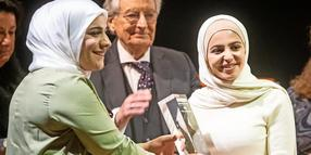 Lina Abdalah (l) überreicht in der Semperoper in Dresden Muzoon Almellehan den 11. Internationalen Friedenspreis.
