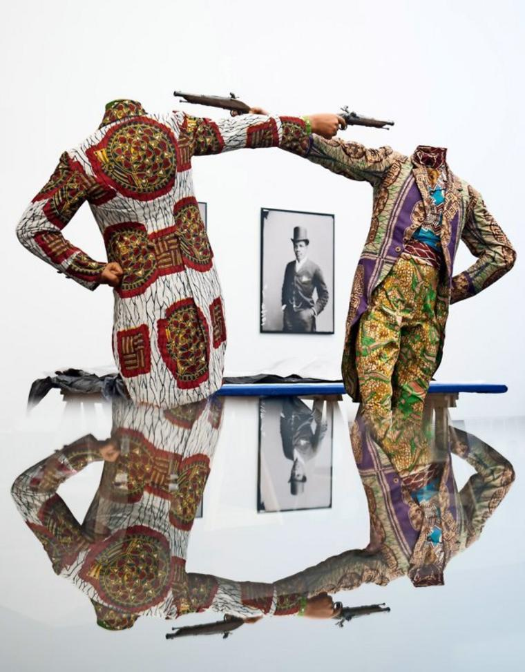 """Die Skulptur """"How to Blow Up Two Heads at Once"""" von Yinka Shonibare"""