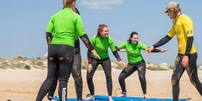 Trockenübungen: Surfschüler im Ride on Retreats Surfcamp in England.