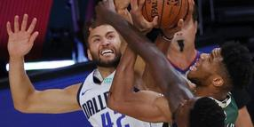 Maxi Kleber (l) von den Dallas Mavericks in Aktion gegen Giannis Antetokounmpo (M) von den Milwaukee Bucks.