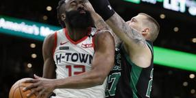 Enges Duell: Bostons Daniel Theis (r) und Houston-Star James Harden.