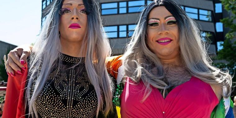 Christopher Street Day (CSD) in Göttingen: Stolze Dragqueens Clumsy Twinkles Fauxwell und Renelopé Fauxwell (v.l.).