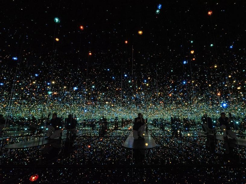 """Ausstellung """"MY PRIVATE PASSION - SAMMLUNG HGN"""" in der Kunsthalle HGN: """"Infinity Mirrored Room - The Souls of Millions of Light Years away"""" von Yayoi Kusama."""