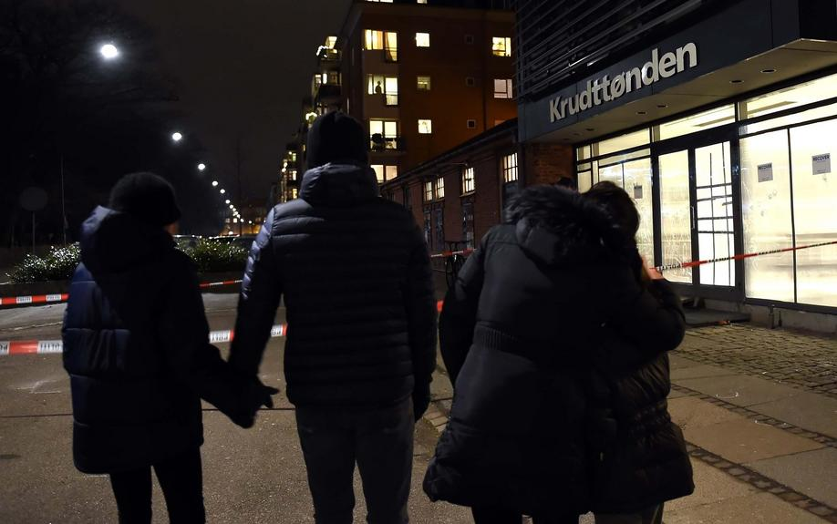 People stand together in mourning after a terrorist attack at the Krudttonden cafe in Copenhagen, Denmark, 15 February 2015. Danish police said that a man they shot dead in Copenhagen on Sunday 15th is believed to be the gunman behind two fatal shootings at an event promoting freedom of speech and on a synagogue. Photo: Britta Pedersen/dpa +++(c) dpa - Bildfunk+++