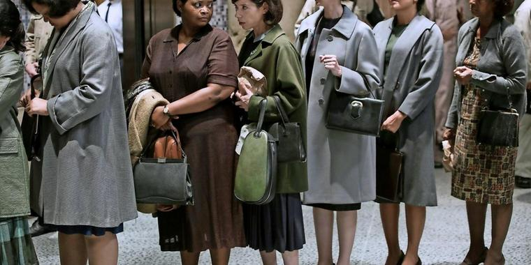 "Octavia Spencer als Zelda (2.v.l.) und Sally Hawkins als Elisa in dem Film ""The Shape of Water""."
