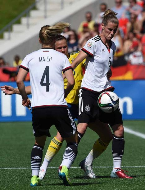 Germany's Simone Laudehr (R) and Leonie Maier (L) vie for the ball against Sweden's Sofia Jakobsson during the FIFA Women«s World Cup 2015 Round of 16 soccer match between Germany and Sweden at the Lansdowne Stadium in Ottawa, Canada, 20 June 2015. Photo: Carmen Jaspersen/dpa +++(c) dpa - Bildfunk+++
