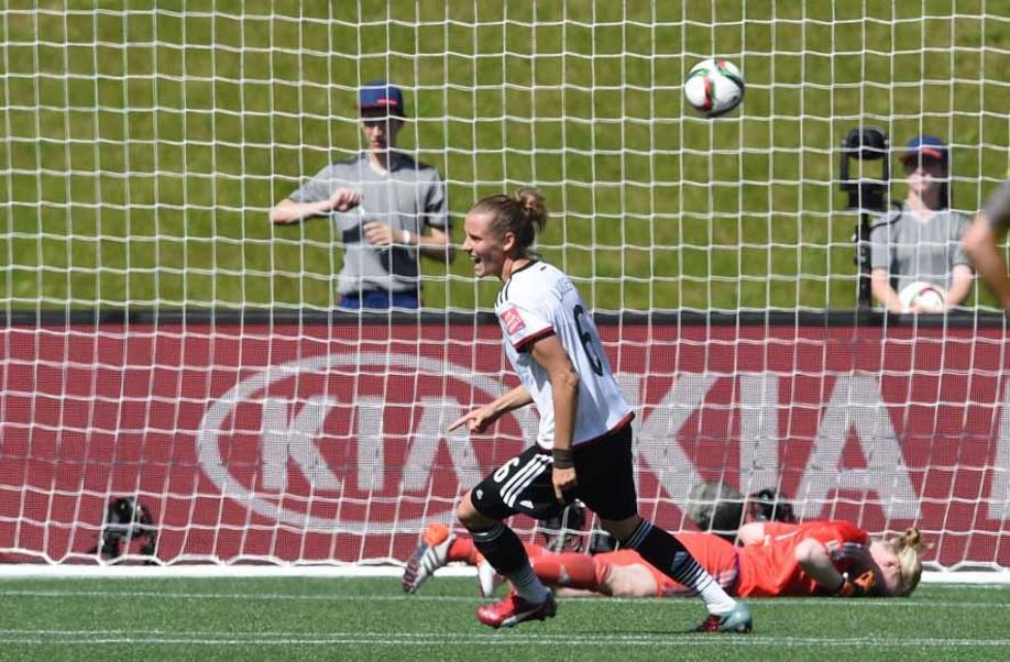 Germany's Simone Laudehr celebrates the goal to the 1:0 Sweden's Hedvig Lindahl dejected during the FIFA Women«s World Cup 2015 Round of 16 soccer match between Germany and Sweden at the Lansdowne Stadium in Ottawa, Canada, 20 June 2015. Photo: Carmen Jaspersen/dpa +++(c) dpa - Bildfunk+++