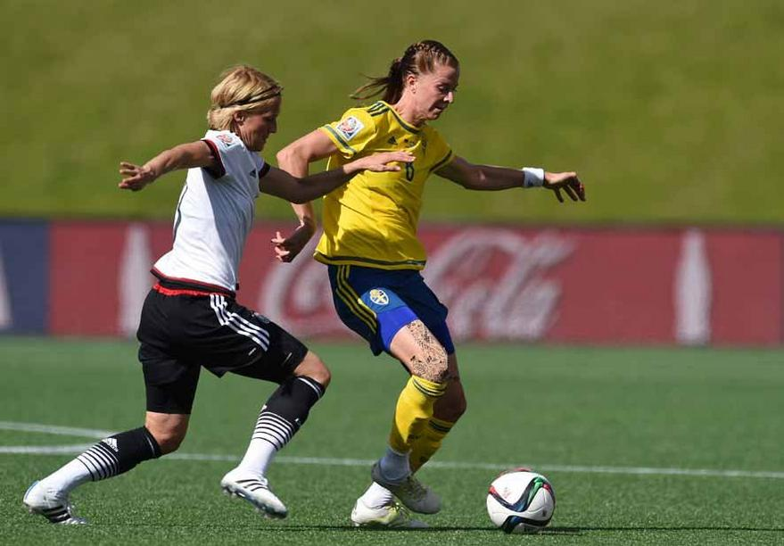 Germany's Saskia Bartusiak (L) and Sweden's Lotta Schelin vie for the ball during the FIFA Women«s World Cup 2015 Round of 16 soccer match between Germany and Sweden at the Lansdowne Stadium in Ottawa, Canada, 20 June 2015. Photo: Carmen Jaspersen/dpa +++(c) dpa - Bildfunk+++