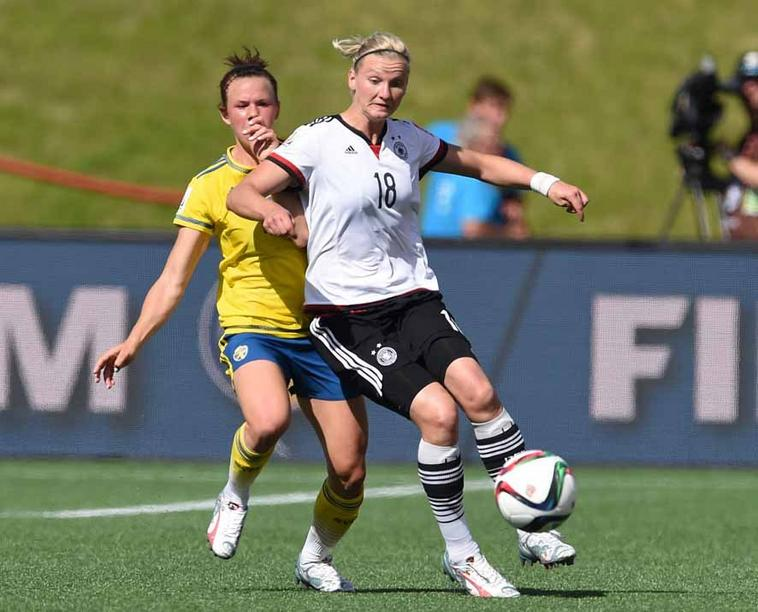Germany's Alexandra Popp (R) and Sweden's Linda Sembrant vie for the ball during the FIFA Women«s World Cup 2015 Round of 16 soccer match between Germany and Sweden at the Lansdowne Stadium in Ottawa, Canada, 20 June 2015. Photo: Carmen Jaspersen/dpa +++(c) dpa - Bildfunk+++