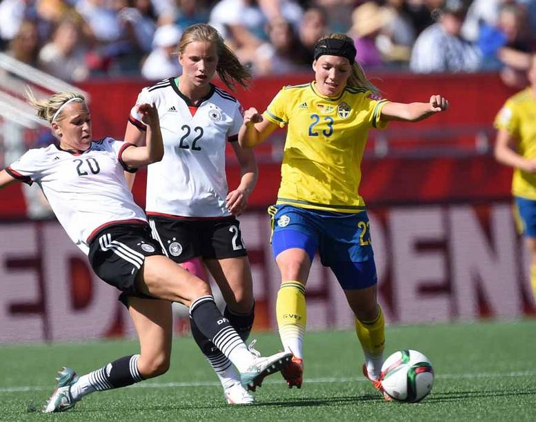 Germany's Lena Goeßling and Tabea Kemme (L) vie for the ball with Sweden's Elin Rubensson during the FIFA Women's World Cup 2015 Round of 16 soccer match between Germany and Sweden at the Lansdowne Stadium in Ottawa, Canada, 20 June 2015. Photo: Carmen Jaspersen/dpa +++(c) dpa - Bildfunk+++