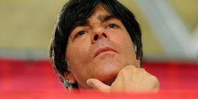 Foto: Bundestrainer Joachim Löw bei der Abschluss-Pressekonferenz der deutschen Fußball-Nationalmannschaft im Robert F. Kennedy Memorial Stadium in Washington am 28.08.2013.