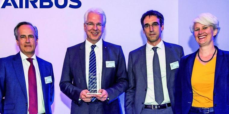 """""""Best Innovator Overall"""" (v.l.):  Alberto Badaya (Airbus Defence and Space, Head of Equipment and Systems), Christian Stickl (Kappa optronics, CEO), Alejandro Prensa (Kappa optronics, Global Account Manager) und Sabine Klauke (Airbus, Head of Engineering). ."""