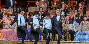 André Rieu tanzt in der Tui-Arena mit den Platin Tenors.