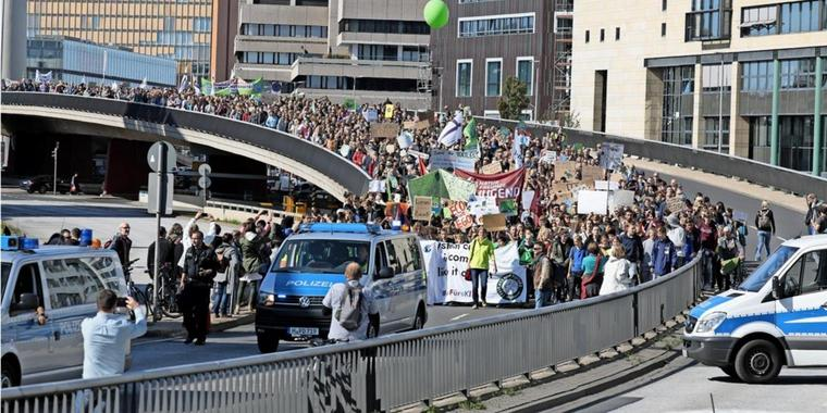 """Out of school to make the earth cool"": Demonstranten in Hannover."