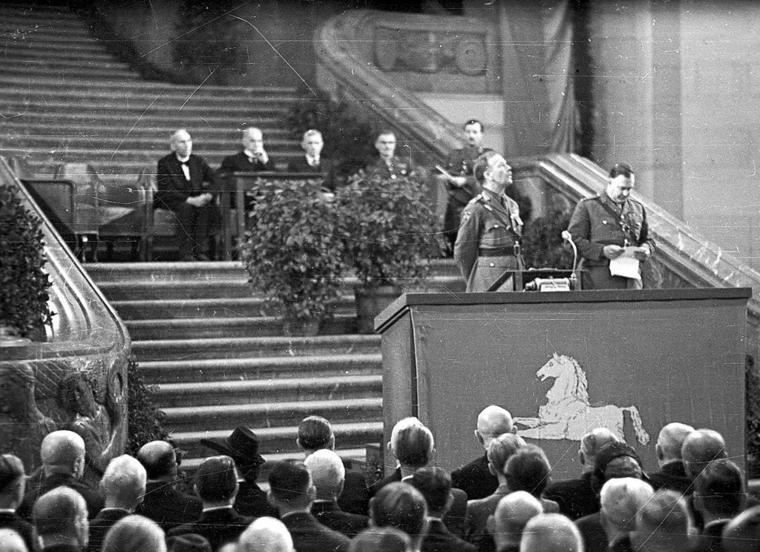 One step towards the founding of Lower Saxony: the Hanover State Parliament was constituted in 1946 in the Hanover town hall.  Am the lectern of the British Sir Brian Robertson.