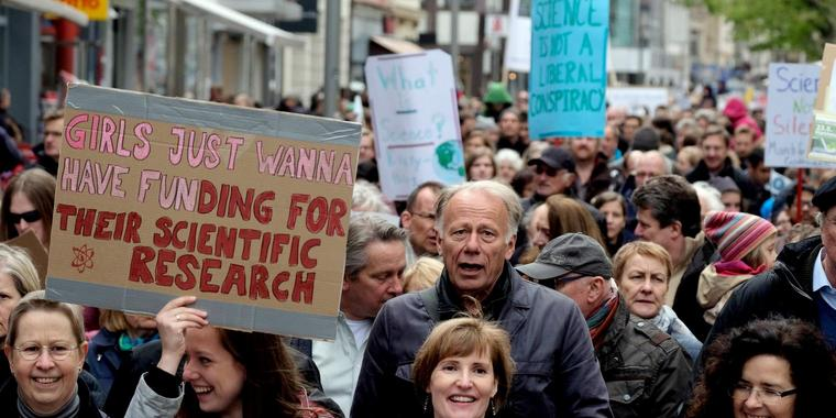"Politiker, Wissenschaftler und Studierende demonstrieren beim ""March for Science"" in Göttingen."