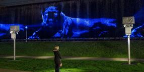 "Die Video-Projektion ""Ivory (Black Panther)"" des Künstlers Robert Wilson."