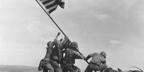 Foto: Ein Klassiker des Fotojournalismus: Raising the Flag on Mount Suribachi, Iwo Jima.