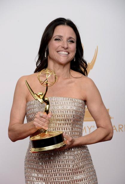 "Julia Louis-Dreyfus mit dem Emmy als ""Best Lead Actress In A Comedy Seriers"" für ""Veep"""