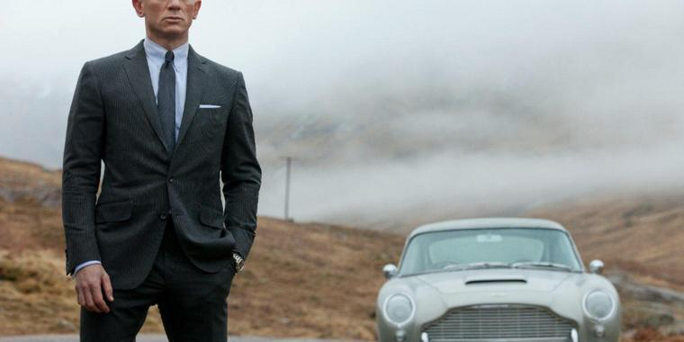 Foto: James Bond und sein Aston Martin.