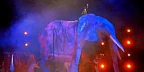 "Foto: Ein Elefant auf der Bühne? In ""Shockheaded Peter"" zeigt Erik Ulfsby starkes Demonstrationstheater."