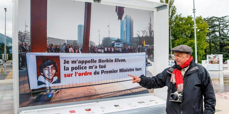 "Foto: Demir Sönmez vor seinem Bild ""Tribute to Berkin Elvan, wounded by Turkish police in Istanbul who died after 269 days of coma"""