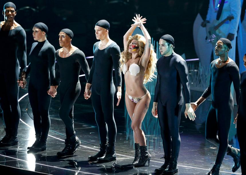 "Lady Gaga performte ""Applause"" für das Publikum."