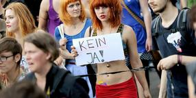 "Foto: Demonstranten protestieren in Berlin auf dem ""Slutwalk""."