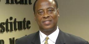 Michael Jacksons Arzt, Dr. Conrad Murray, wird angeklagt.