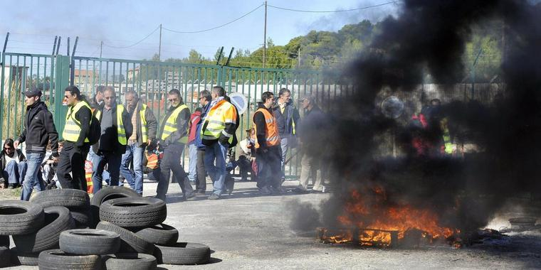 Demonstranten protestieren in Marseille gegen die Rentenreform.