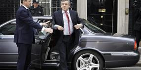 Premier Gordon Brown am Freitagmorgen vor der Downing Street 10 in London.