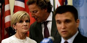 Foto: Bert Koenders (Mitte), niederländischer Außenminister, und die australische Außenministerin Julie Bishop (l.) neben Pavlo Klimkin, Außenminister der Ukraine in New York.