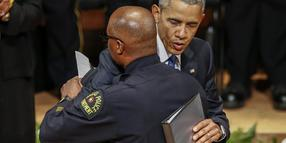 Foto: Barack Obama umarmt den örtlichen Polizeichef David Brown.