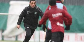 Foto: In Aktion: 96-Trainer Taykun Korkut.