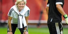 Foto: Bundestrainerin Silvia Neid am 27.7.2013 beim Training in der Stockholmer Friend's Arena.