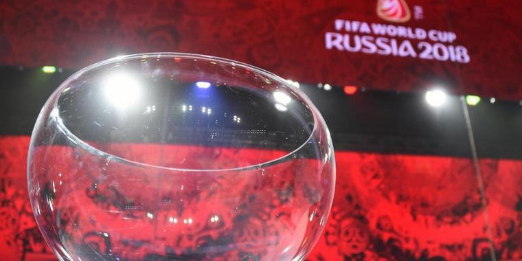 "Foto: Der Lostopf steht bei den Proben zur Auslosung der WM-Qualififkationsgruppen auf der Bühne in der ""Draw Hall"" in St. Petersburg."