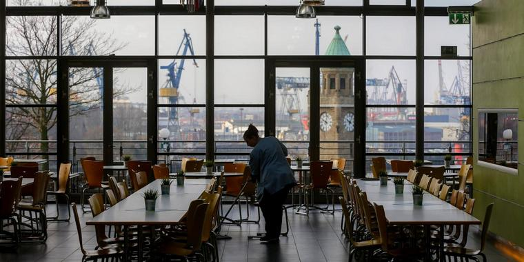 Fantastischer Blick auf die Landungsbrücken und das rege Treiben im Hafen: Speisesaal mit Panoramafenster in der Hamburger Jugendherberge am Stintfang.