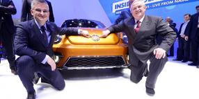 Foto: Martin Winterkorn (r), Vorstandsvorsitzender von Volkswagen, und Michael Horn, US-Chef von Volkswagen, präsentieren am ersten Pressetag bei der North American International Auto Show (NAIAS) im Cobo Center Detroit (Michigan) den VW Beetle Dune Concept.