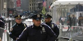 Foto: Polizeibeamte stehen in der Wall Street in New York.