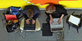 Foto: Studenten mit Laptop