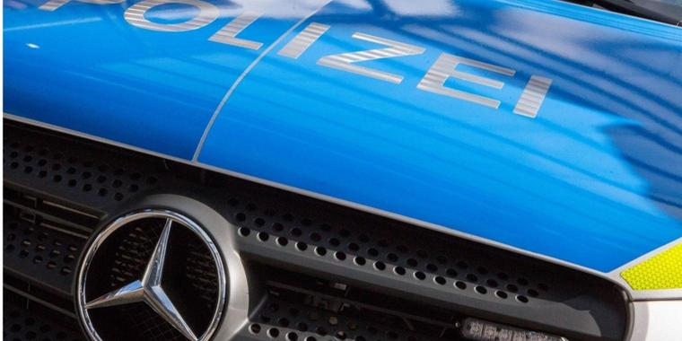 Schriftzug Polizei auf der Motorhaube des neuen Mercedes-Benz Vito Einsatzfahrzeug der Polizei NRW Pressetermin: Neue Bullis für die NRW-Polizei mit NRW-Innenminister Herbert Reul, 20.10.17 Duisburg NRW Deutschland Landschaftspark-Nord *** emblem Police on the Hood the New Mercedes Benz Vito Use vehicle the Police NRW Press call New Bullis for the NRW Police with NRW Interior Minister Herbert Reul 20 10 17 Duisburg NRW Germany Country Park North xcdnx