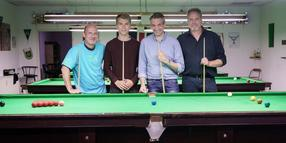"Im ersten Stock eines Hinterhauses in der Kieler Straße Stadtrade haben sie sich ein Snooker-Paradies erschaffen: Kay Wulff, Loris Lehmann, Jörg Petersen, Michael Drews (von links) vom Snookerclub ""Seven Clearance"" Kiel."