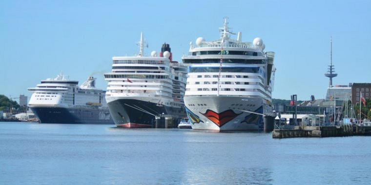 "Foto: ""Aidabella"", ""Queen Victoria"" und ""Color Magic"" im Kieler Hafen."