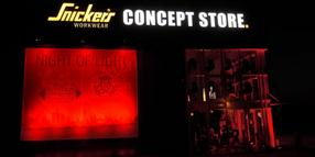 "In der ""Night of Light"" war der Kaltenkirchener Snickers Consept Store rot illuminiert: ein Hifleschrei der Event-Branche."