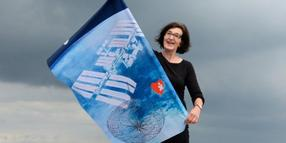Foto: Roswitha Steinkopf zeigt Flagge im All.