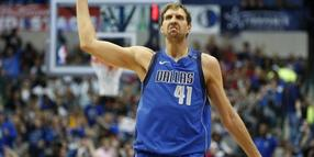 Basketball-Star Dirk Nowitzki jubelt über den Sieg der Dallas Mavericks.