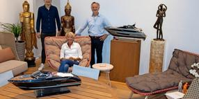 Im neuen Showroom zeigen Nico Härtel, Sabina Sankowsky und Michael Lohmann (v.l.) ausgewählte Loungemöbel von Dedon, hochwertige Bronzeskulpturen und maritime Kiade-Schiffsmodelle.