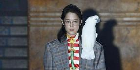 Kreation mit Papagei: Gucci auf der Pariser Fashion Week.